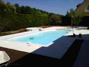 abords d'une piscine aménagée