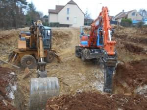 deux engins de chantier en action