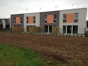 nivellement d'un terrain devant des logements